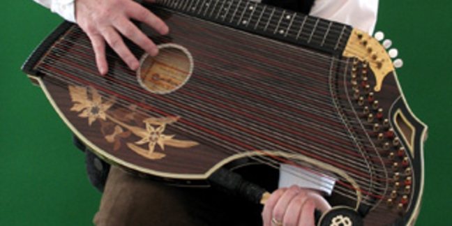 Cropped zither sit