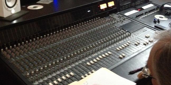 Cropped studio 098